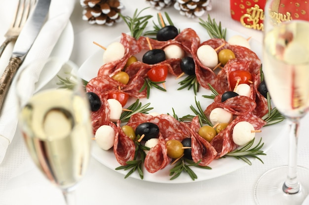 Ghirlanda di natale - antipasto. crostini di salame con olive, mozzarella baby.