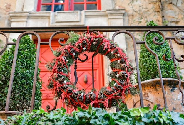 Ghirlanda natalizia di rami e coni dell'albero di natale
