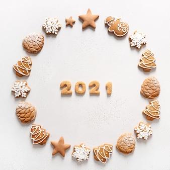 Ghirlanda di natale di biscotti con data 2021 all'interno su sfondo bianco. vista dall'alto. lay piatto.
