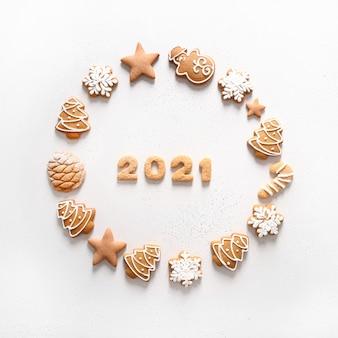 Ghirlanda di natale di biscotti con data 2021 all'interno su sfondo bianco. vista dall'alto.