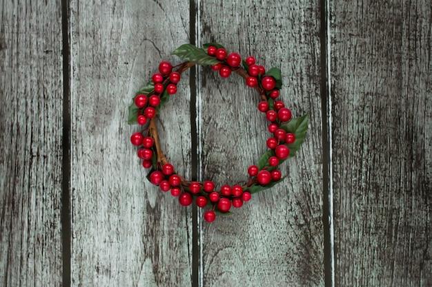 Corona di natale decorata con bacche rosse