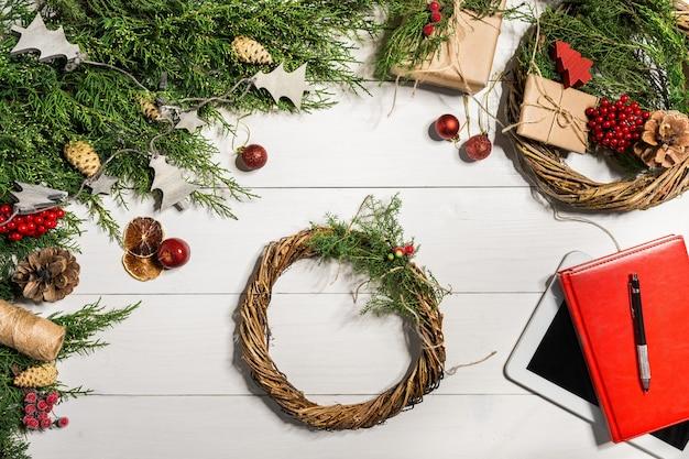 Decorazione di ghirlande natalizie con fai da te fatti a mano, fai da te. vista dall'alto. copia spazio. disposizione piatta. natura morta.