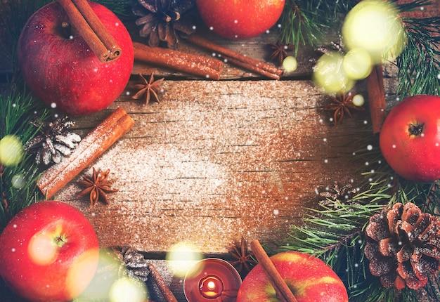 Ghirlanda natalizia composta da rami di abete coni mele. colorato.