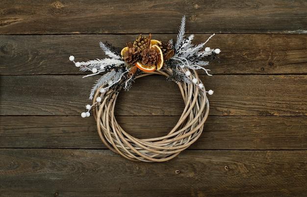Corona di natale con fondo in legno