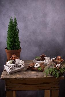 Confezione regalo natalizia ecologica a spreco zero furoshiki