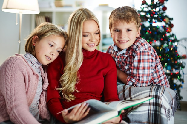 Persone christmastime bambino sorridente adulto