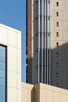 Tubi di ventilazione cromati sulla parete di un edificio moderno con facciata