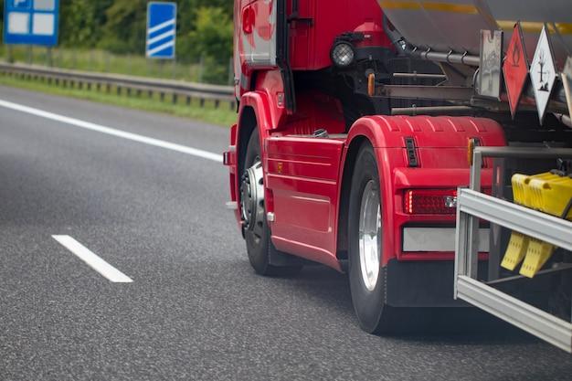 Primo piano cromato della ruota del camion. ruota per camion pesanti.
