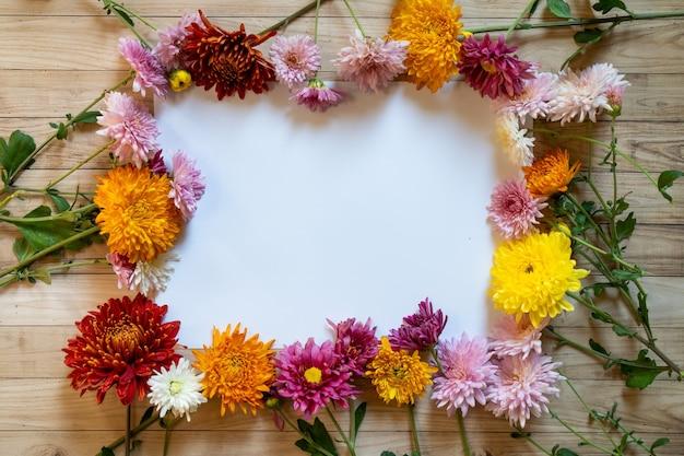 Chrysantemum autunno bouquet copia spazio carta bianca colorata colorata