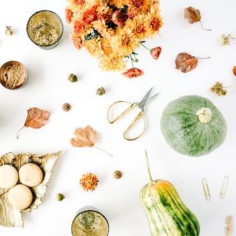 Bouquet di crisantemi, zucca, foglie, forbici d'oro su bianco