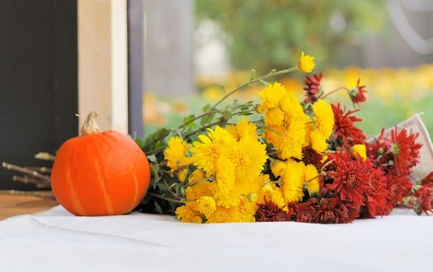 Fiori di crisantemo e zucche