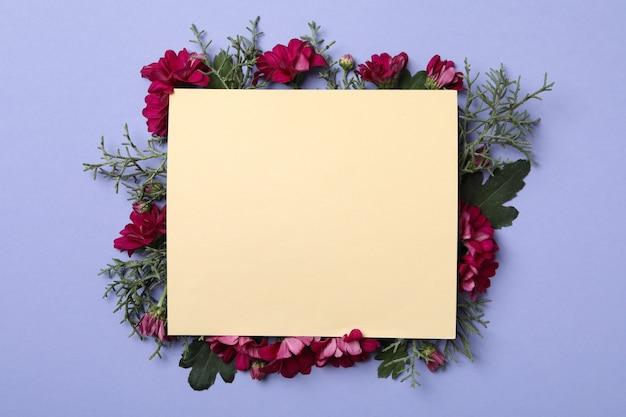 Fiori di crisantemo, rami di thuja e spazio per il testo su sfondo viola