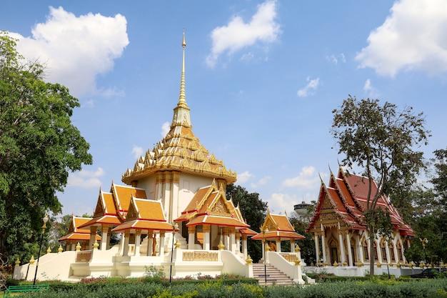 La chiesa nel tempio wat huay mongkol il famoso punto di riferimento in thailland.