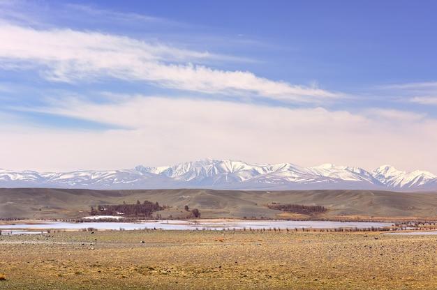 Chui steppa nei monti altai lago nella steppa innevata north chui ridge