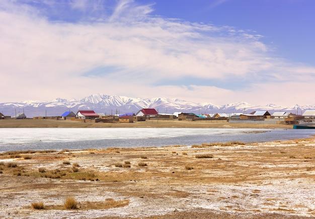 Chui steppa nei monti altai il villaggio di koshagach sulla riva del lago