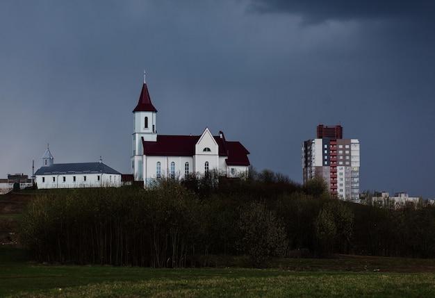 Chiesa contro un cielo scuro. paesaggio urbano, copia lo spazio