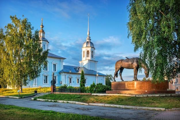 Chiesa di alexander nevsky e una scultura di un cavallo al cremlino nella città di vologda in una mattinata di inizio estate
