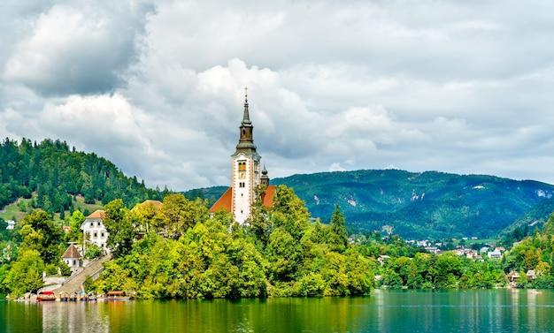 Chiesa dell'assunzione di maria sull'isola sul lago di bled in slovenia