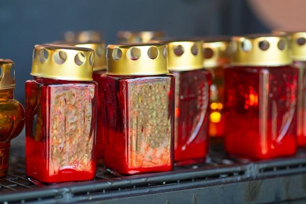Candele e lampade della chiesa per il riposo in una chiesa cattolica. preghiere cattoliche cristiane