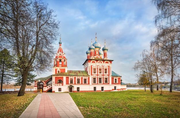Chiesa di dmitry sul sangue a uglich al cremlino sulle rive del volga in una mattina di inizio autunno
