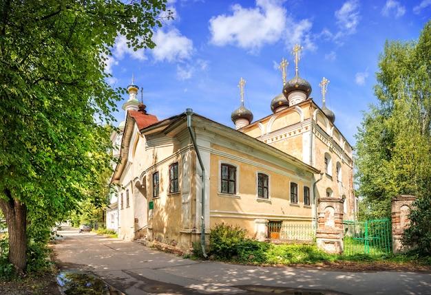 Chiesa di dmitry prilutsky a vologda in una giornata di sole estivo