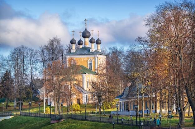 Chiesa di flora e lavra sulle rive del volga a uglich sotto i raggi del sole autunnale