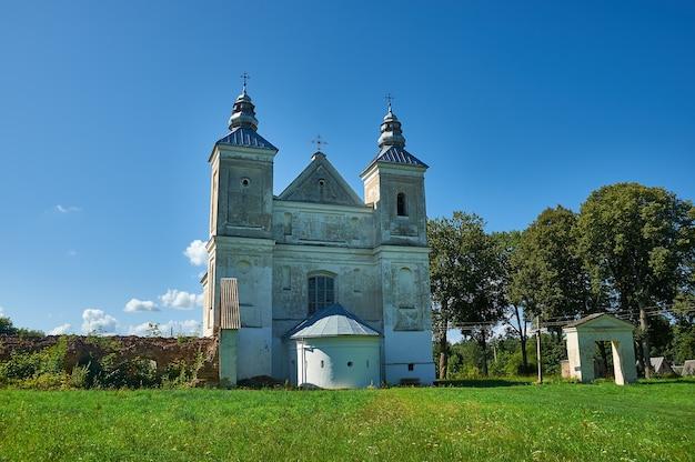 Chiesa della santissima trinità, bielorussia, distretto di myadzyel, zasvir Foto Premium
