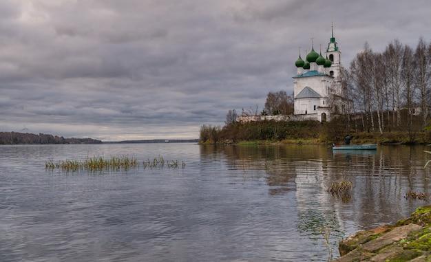 Chiesa della santissima trinità nel borgo di dievo gorodishche. prime ore del mattino tenebroso sulla riva del fiume volga nella regione di yaroslavl, russia.
