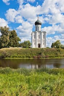 Chiesa dell'intercessione sul fiume nerl in russia il villaggio bogolyubovo