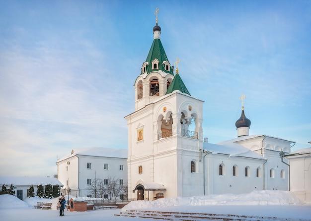 Chiesa dell'intercessione in inverno con il cielo azzurro
