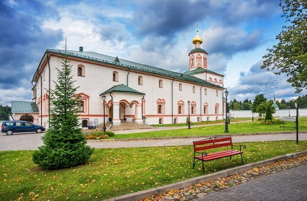 Chiesa del monastero di iversky in una sera d'estate