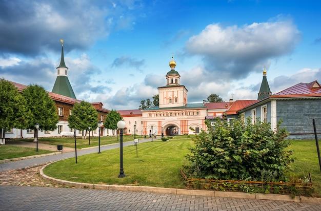 Chiesa del monastero di iversky in una soleggiata sera d'estate