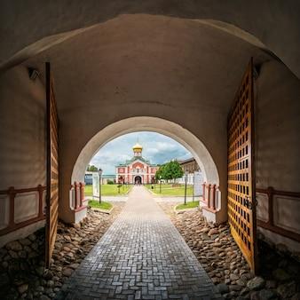 Chiesa del monastero di iversky vista da un arco