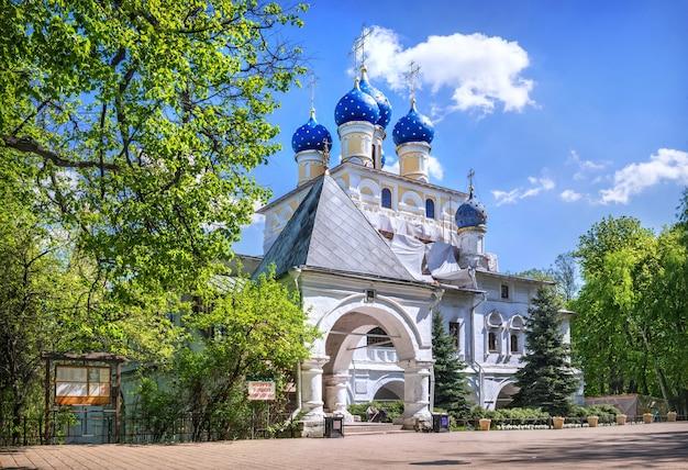 Chiesa dell'icona di kazan della madre di dio nel parco kolomenskoye a mosca in una giornata di sole estivo. didascalia: è vietato nutrire i piccioni