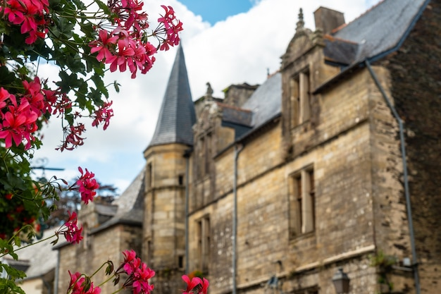 Chiesa del borgo medievale di rochefort-en-terre, dipartimento del morbihan nella regione della bretagna. francia
