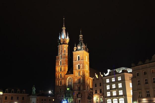 La chiesa di notte nella città di cracovia in polonia