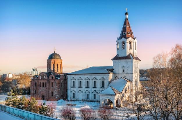 La chiesa di pietro e paolo e la chiesa di varvara dall'alto del ponte a smolensk sotto il cielo azzurro primaverile