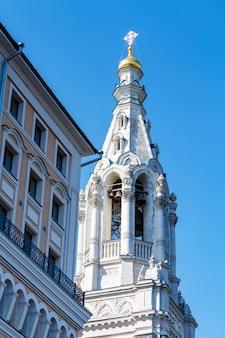 Chiesa di recupero dell'icona caduta della madre di dio nel mezzo giardinieri sul terrapieno sofiyskaya a mosca contro il cielo blu