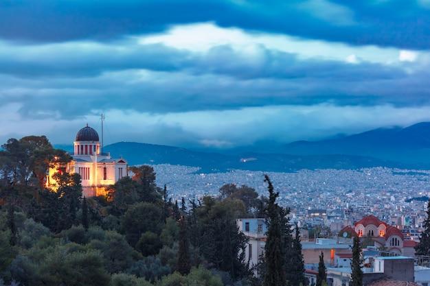 Chiesa di santa marina a thissio durante l'ora blu serale ad atene, grecia