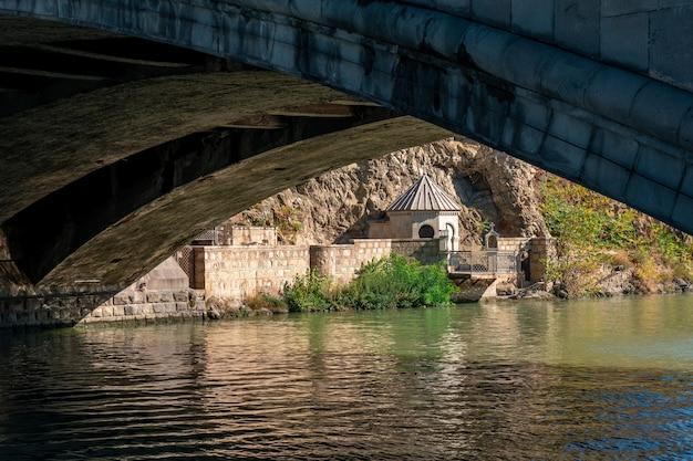 Chiesa di s. abo tbilisi sulla riva del fiume kura a tbilisi in georgia.