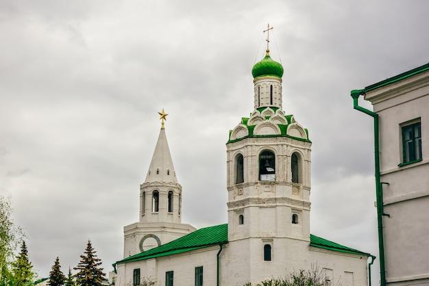 Chiesa di san giovanni battista monastero e torre del salvatore sullo sfondo al tempo nuvoloso.