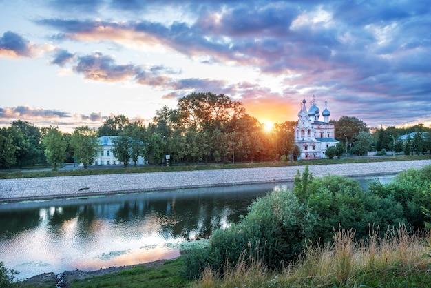 Chiesa di san giovanni crisostomo sulle rive del fiume vologda nella città di vologda su una mattina di inizio estate