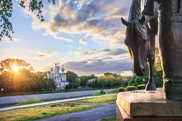 Chiesa di san giovanni crisostomo e una scultura di un cavallo al cremlino nella città di vologda su una mattina di inizio estate