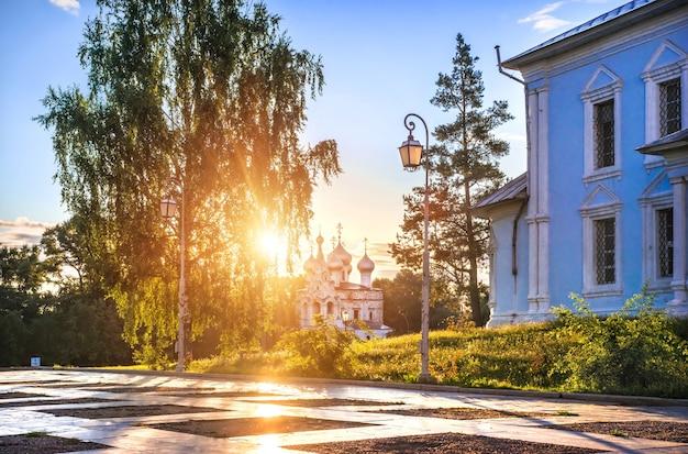 Chiesa di san giovanni zolotoust sotto i raggi del sole nella città di vologda in una mattina di inizio estate