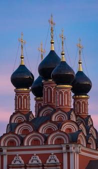 Chiesa di san nicola dopo il tramonto, piazza taganskaya, mosca, russia.
