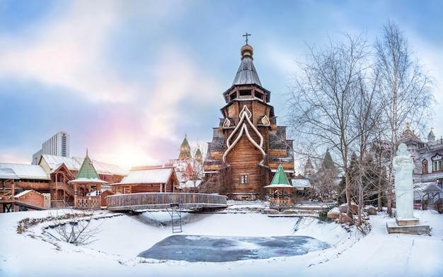 Chiesa di san nicola e lo stagno ghiacciato del cremlino izmailovsky a mosca sotto un bel cielo blu