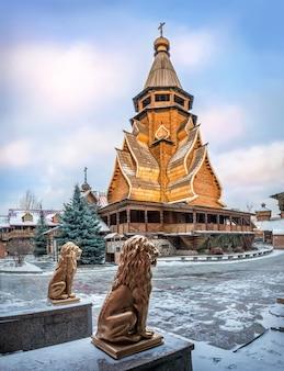 Chiesa di san nicola al cremlino izmailovsky a mosca e statue di leoni d'oro in una soleggiata sera d'inverno