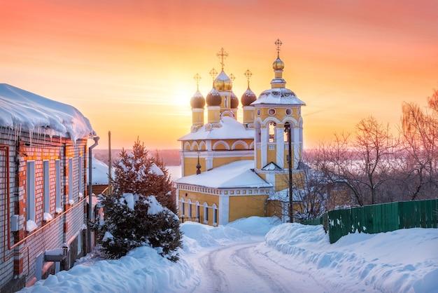 Chiesa di san nicola naberezhny sotto i raggi del sole rosso mattutino a murom