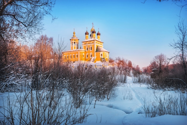 Chiesa di san nicola naberezhny in una mattina di sole nevoso d'inverno