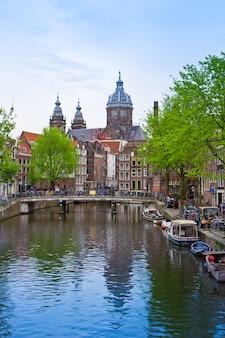 Chiesa di san nicola, canale della città vecchia, amsterdam, olanda